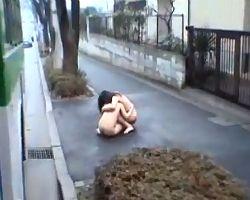 泣き叫ぶ母と娘をバスで犯し全裸のまま路上に放り出す鬼畜な男たち