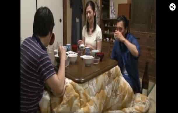 嫉妬が渦巻く五十路熟女の夫婦の営みと息子との卑猥なコタツ情事1