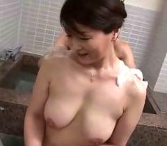 息子の欲望を駆り立てる五十路母のむっちりと熟れた白い垂れ乳