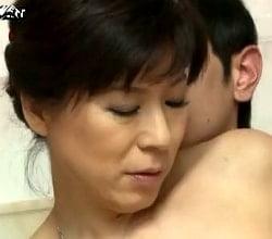 息子の性器を刺激する五十路母のエロフェロモン 矢代美智代