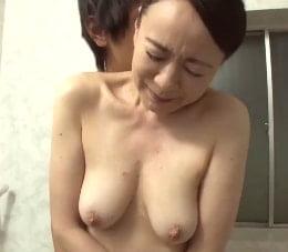 息子のような青年と唾液を絡ませ合い痴態を晒す五十路熟女の初撮り映像 美智子56歳