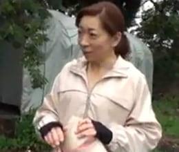 【五十路無料動画】五十路熟女農道ナンパ!危険を察知した農家のおばちゃんにブチ込む中出しファック!