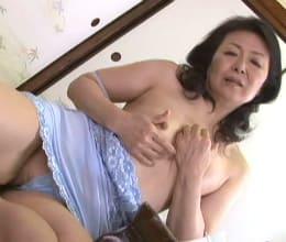 【熟女・人妻動画】還暦母の刺激的な姿を目撃してしまい色欲が暴走していく息子-松岡貴美子