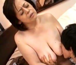 母子相姦 エロ動画 垂れ乳 五十路