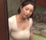 息子が執着する揉み心地が良すぎる五十路母の大きな垂れ乳 石井麻奈美