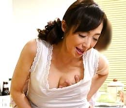 嫁がすぐ傍にいてもヤリたい衝動を抑えられない美しい57歳の義母 音羽文子