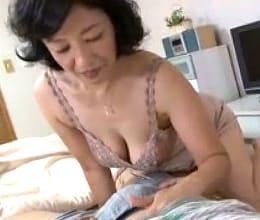 深夜に寝ている息子のペニスを舐めるだけでは満たされなくなった五十路母 滝川峰子