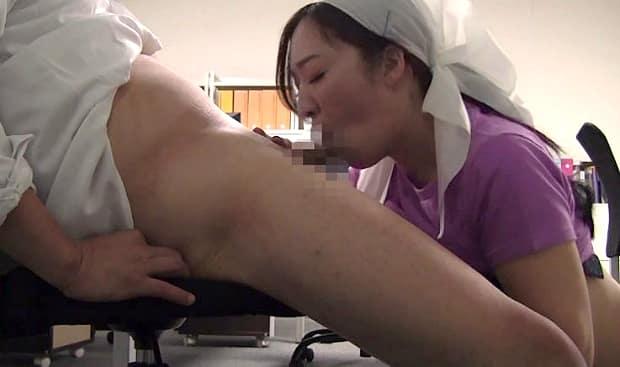 掃除婦おばちゃんの巨尻にムラムラ