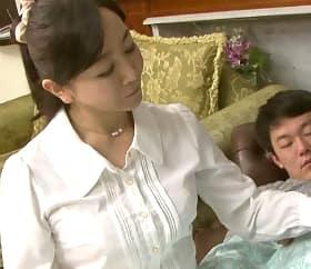 寝ている隙に五十路母が勝手に射精させている事に気づいた息子 如月千鶴