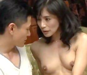 背徳感が劣情を高ぶらせる四十路叔母と甥の密会 平岡里枝子