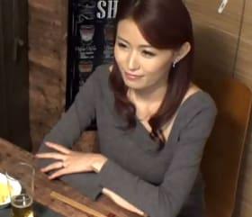 居酒屋で一人呑みしていた美熟女ナンパ!お持ち帰りした中出しセックス盗撮映像