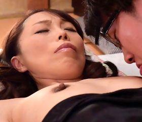 貧乳五十路母の熟した乳首に悶々とする息子 山崎澄代