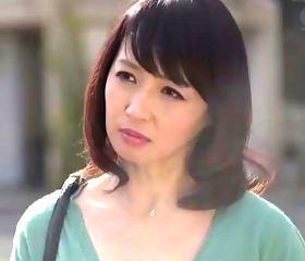 五十路を過ぎても綺麗な母親の友人が泊まりに来て…安野由美