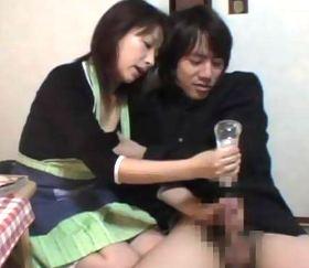 万引きで捕えた気弱な童貞男子校生に性的なお仕置きをする熟女店員