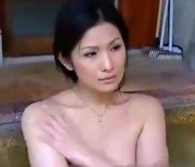 温泉の男湯で極上に熟れた女体を他人に晒す四十路人妻 ヘンリー塚本/酒井ちなみ