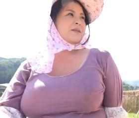 稲刈りでド迫力の爆乳が卑猥に揺れる43歳独身のムチムチ農家おばちゃん