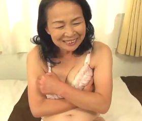 生々しい素人臭がいやらしい還暦熟女の初撮りドキュメント 坪井富美(60)