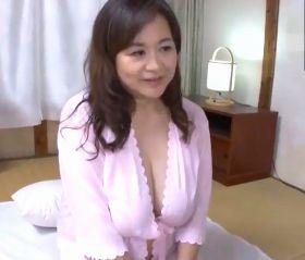 爆乳巨尻の豊満な肉体で思春期少年たちの性問題も解決する還暦熟女のよろず屋