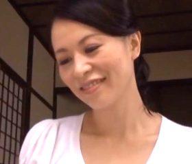 四十路を過ぎても独り身でいる綺麗な親戚のおばさんと過ごして… 井上綾子
