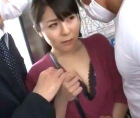 痴漢被害に遭うためにムチムチの肉体を強調して電車に乗り込む四十路人妻