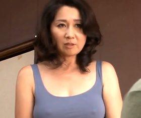 無防備な透け乳首で息子をムラっとさせる薄着の五十路母 榊みほ