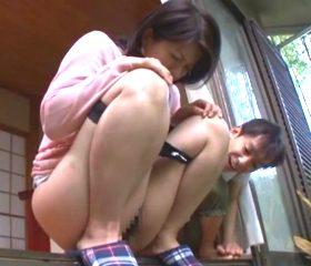 近所の玄関前で失禁してしまった四十路人妻の屈辱的放尿プレイ 笹山希