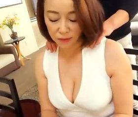 娘婿をムラっとさせる五十路義母の垂れ乳の谷間 青井マリ