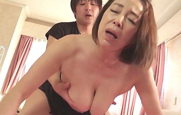 青井マリ 上京した五十路義母に欲情する娘婿