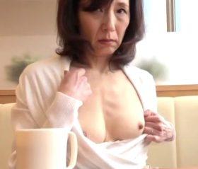 上品系56歳人妻の痴態!喫茶店での露出でマゾ本性が露呈していく五十路熟女