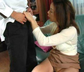 夫の留守に肉体関係を持った息子と連日ハメてしまう五十路母 青井マリ
