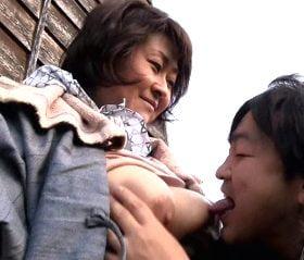 チンポ露出ナンパ!逃げる農村のおばちゃんを捕獲する青姦SEX