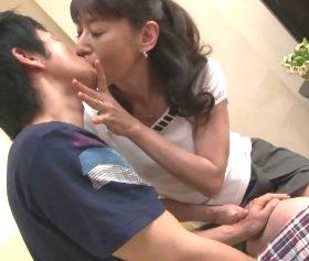 奥手すぎる息子にオンナを教える艶麗な52歳の母親 高垣美和子