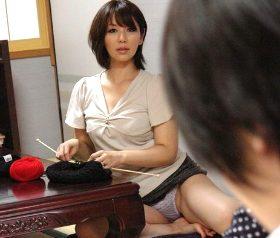 娘の家庭教師をしている若者にパンチラ挑発する母親