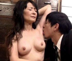 息子を吸い寄せる還暦母の熟れた美巨乳 中山佳子