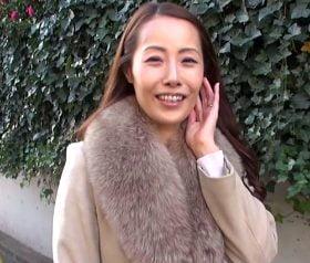 笑顔が素敵な52歳セレブ奥様から匂い立つスケベの香り