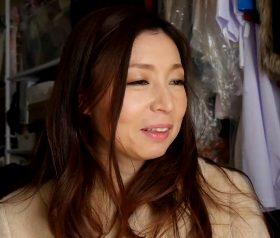 色白美肌の女体がたまらない色っぽいパイパン熟女 碧(41)