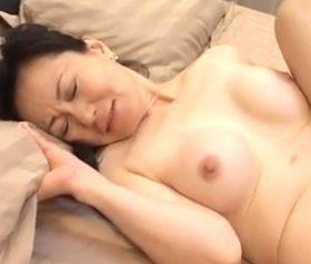 息子のズリネタが熟女AVだと知ってピンク乳首が疼き立つ五十路母